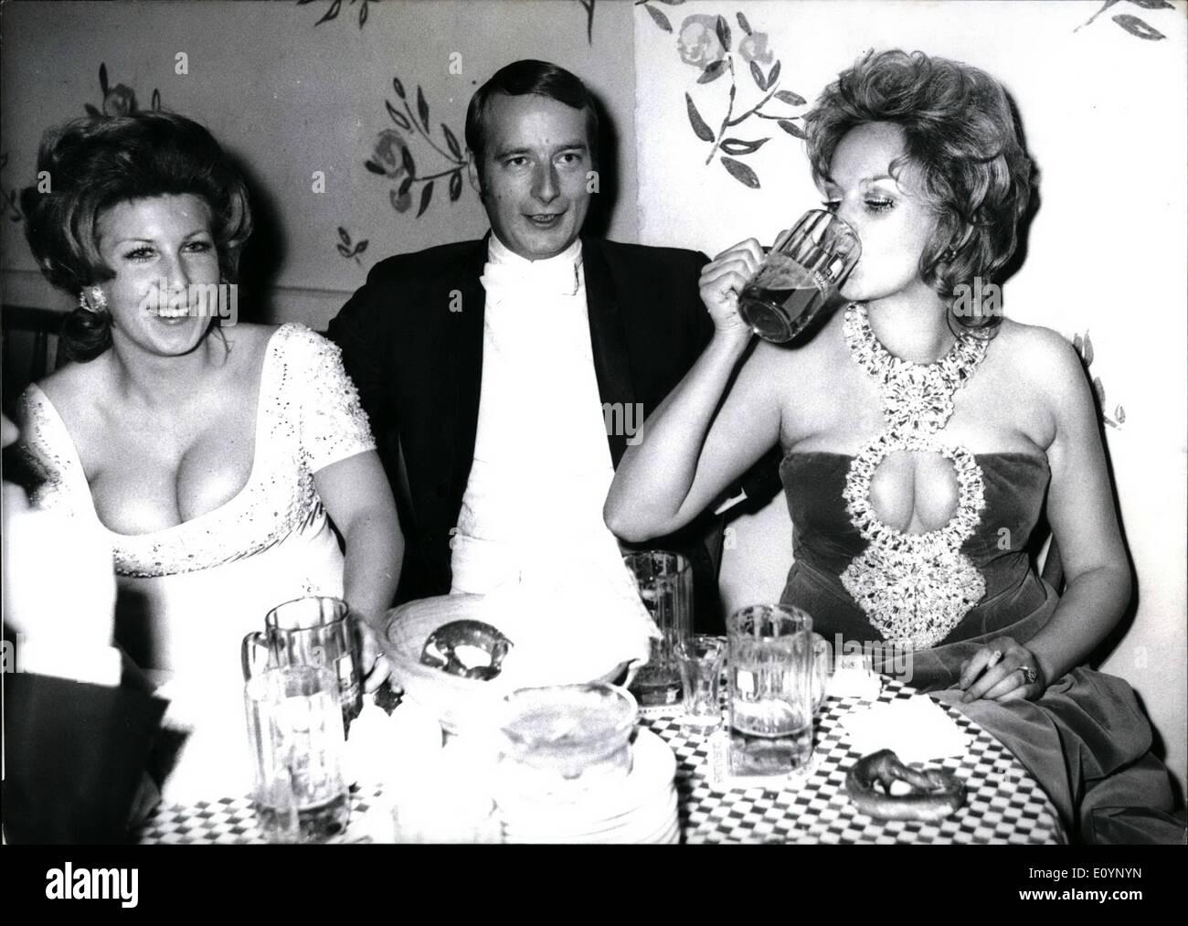"""1. Januar 1971 - Film Ball 1971 in München '' Soiree of the Stars"""": war das Motto für die Gesellschaft und Film 1971 in München am letzten Wochenende stattfand. Die high Society der internationalen Filmwelt und Prominenz aus Politik, Wirtschaft und Kultur genossen tanzen bis spät in den Morgen. Die berühmten Orchester von Max Greger und Hugo Strasser - erscheinen zusammen zum ersten Mal überhaupt - die Atmosphäre aufgelockert und die Tanzfläche in ein Inferno verwandelt. Das exklusive Publikum mit Begeisterung gestempelt und warfen Blumen als Marianne Mendt erschien singen ihre Lieder mit Jähzorn Stockbild"""