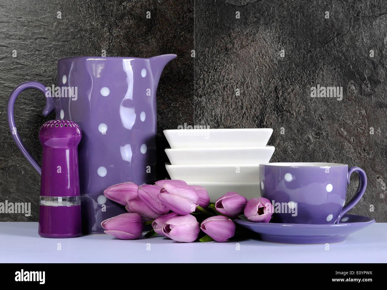 Schiefertisch Wohnzimmer | Moderne Lila Und Weissen Tupfen Kuche Mit Grossen Servierplatte Teller