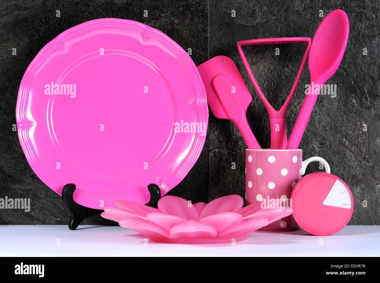 Moderne Pink Polka Dot-Küche mit großen Servierplatte Teller ...