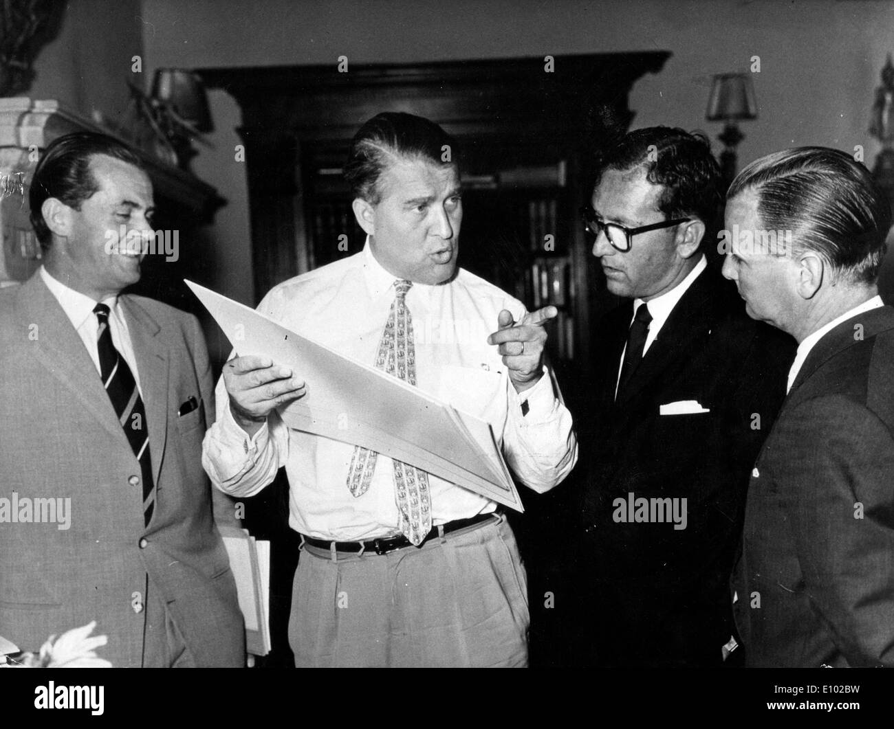 Wernher von Braun mit Lee Thompson (R) und Paul Berthel (L) Stockfoto