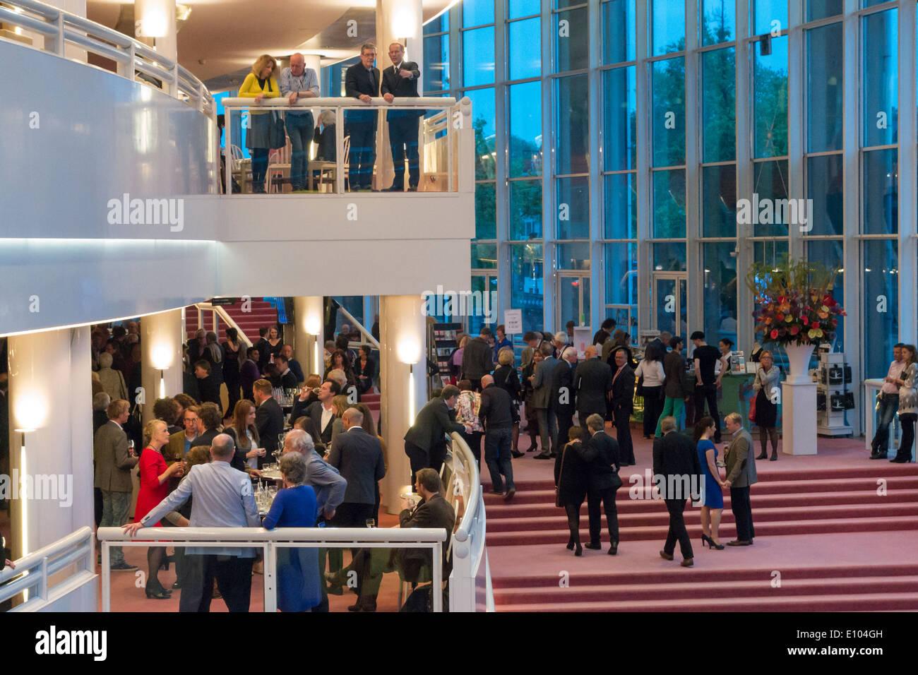 Amsterdam Stopera Innenraum Dutch National Oper Gebäude Foyer Halle mit Menschen Besucher am Eröffnungsabend während der Pause Stockbild