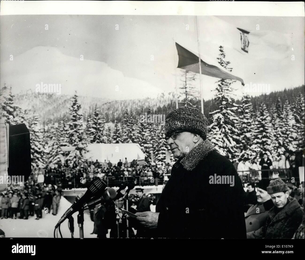 2. Februar 1970 - World Championships In Nordic Ski Events: 28. Weltmeisterschaften in Nordic-Ski-Veranstaltungen, öffneten sich am Samstag um Stroske Pleso, Tschechoslowakei. Das Foto zeigt. Tschechoslowakische Präsident Ludvik Svoboda unter deren Schirmherrschaft die Meisterschaften abgehalten wurden, gesehen Adressierung der Teilnehmer in Strbske Pleso. Stockbild