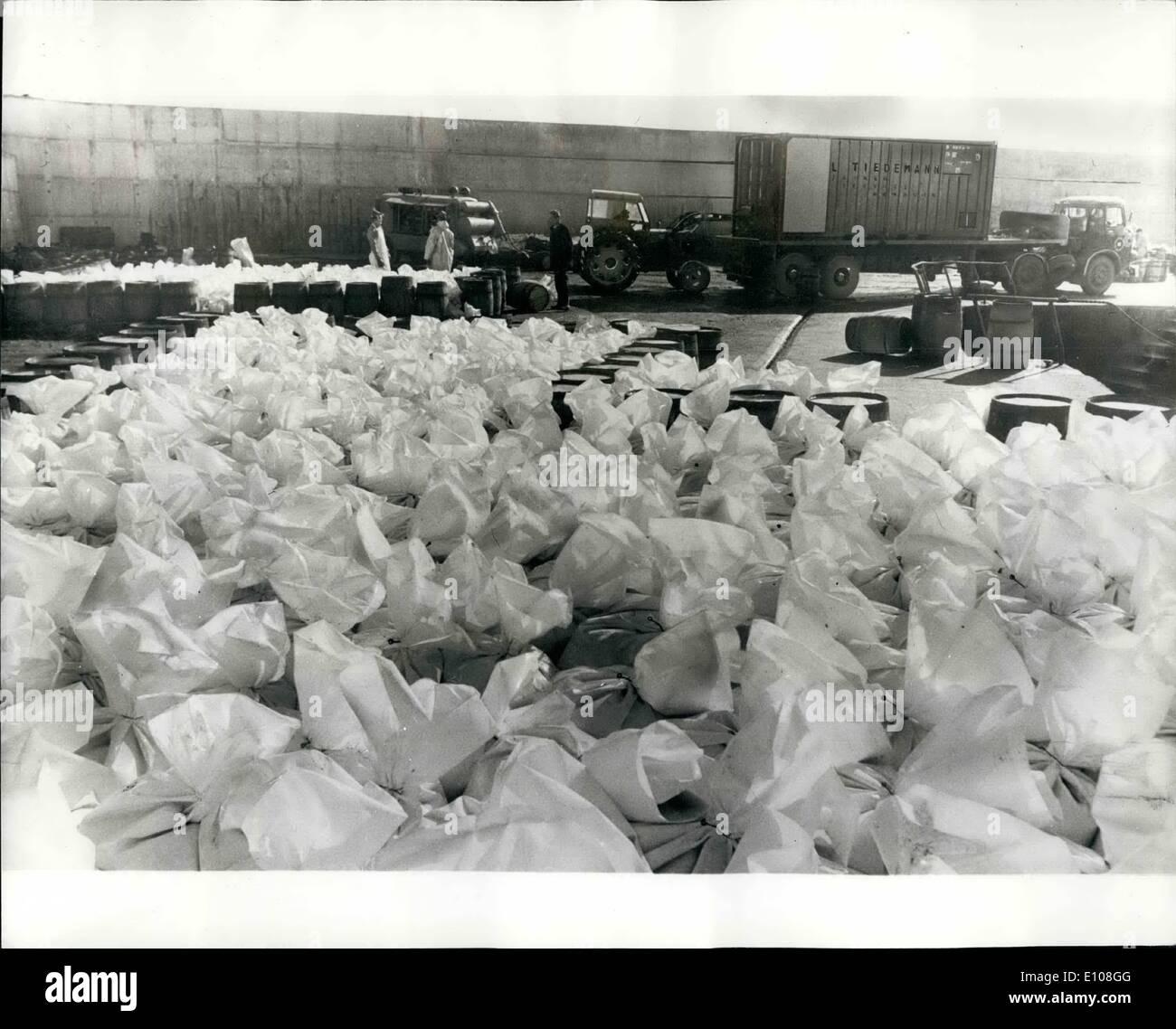 3. März 1970 - Datensatz irischen Hering fangen geht zum Kontinent im Kunststoff-Koffer: mit Auktion Geld von 10.000 Tonnen Hering sicher untergebracht in den Banken, die Schleppnetzfischer verlassen Dunmore East, Co. Waterford, nachdem das beste Saison auf Rekord - Doppel der 1968 / 69 Fang fangen: 10.000 Tonnen repräsentieren 65.000 Cran (37 1/2 Gallonen) rund 70 irischer Hand Schiffe aufgeteilt. Ein Spolesman für den irischen Fischerei-Vorstand sagte, dass es sehr viel von der '' phänomenal '' Größe der Fang der Saison überrascht Stockbild