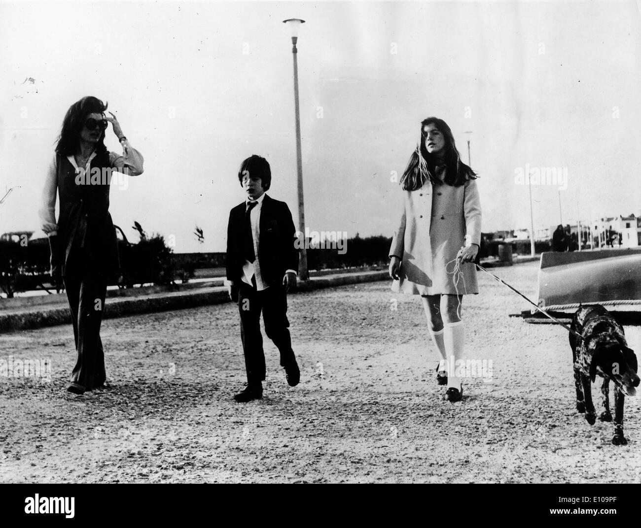 Jackie Kennedy und Kinder auf Insel Stockfoto