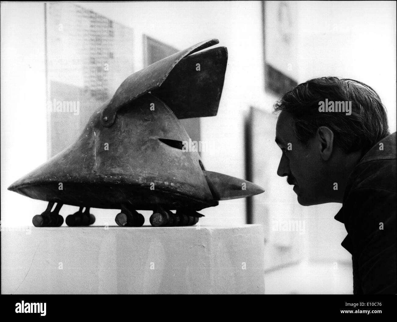 """6. Juni 1972 - 23. großen Kunst Ausstellung in The Munich '' Haus der Kunst '' sehr beeindruckend und interessant die Ausstellung öffnet am 9. Juni, wird bis zum 10. September dauern. Drei Hauptgruppen von Künstler zeigen ihre Werke, """"Neue Gruppe"""" präsentiert 458 Kreationen von 302 Künstlern '' Secession'' zeigt 303 Kreationen 144 Mitglieder und '' neuen Künstlervereinigung München '' präsentiert 310 Kreationen von 170 Künstlern. Es bezieht sich auf Gemälde, Radierungen, Grafik usw.. Ops: '' Bellum'', eine interessante Bronze (70 x 34 cm) von 30 Jahre alten Gernot Rumpf aus Neustadt, Deutschland. Stockbild"""