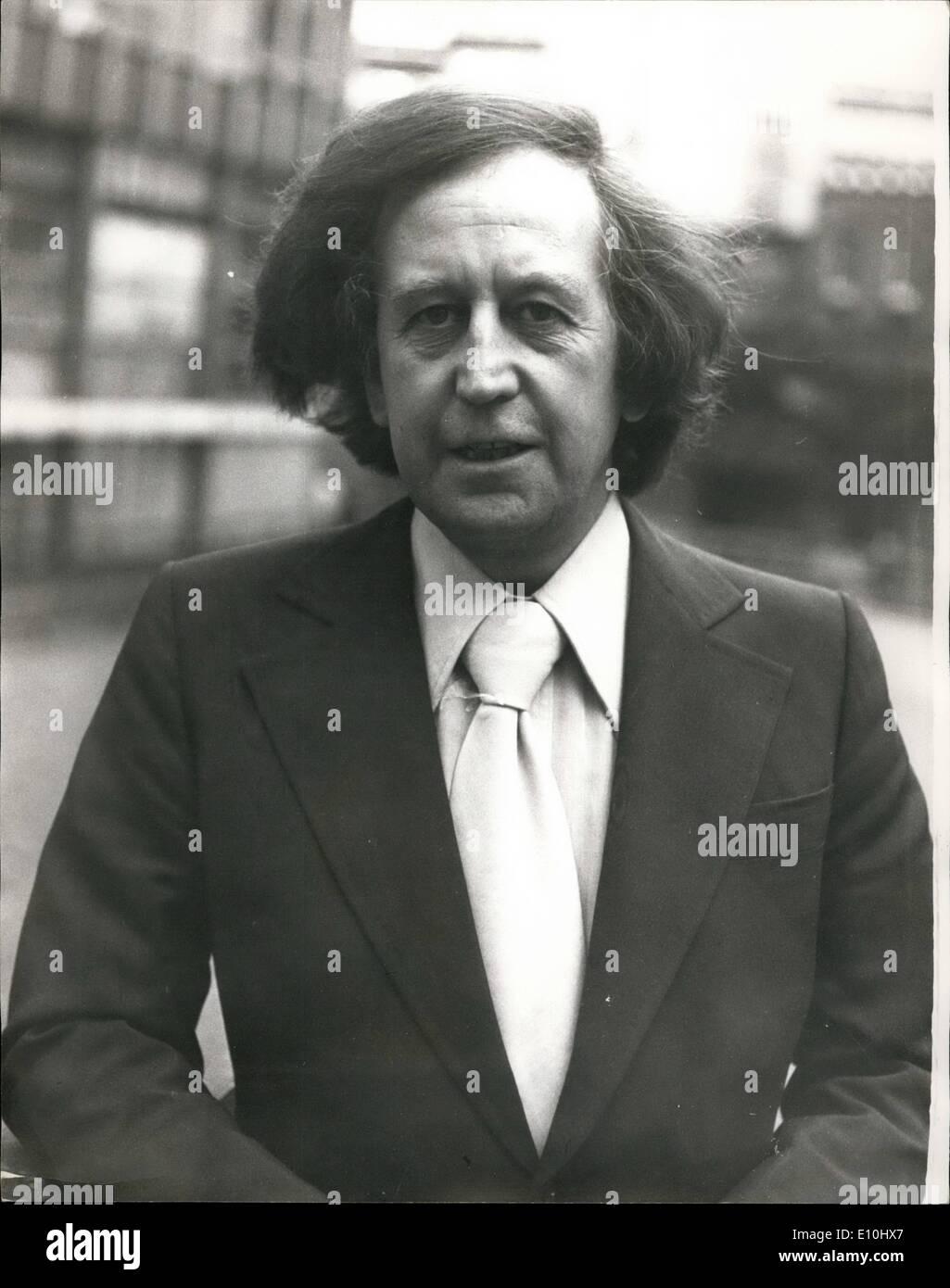 12. Dezember 1972 - zwei Männer beschuldigt der Erpressung Paul Raymond: zwei Männer erschienen im Old Bailey erpresst Paul Raymond, das Soho Strip-Club und Theater-Besitzer heute vorgeworfen. Bild zeigt: Paul Raymond abgebildet heute auf seinem Weg nach Old Bailey. Stockbild