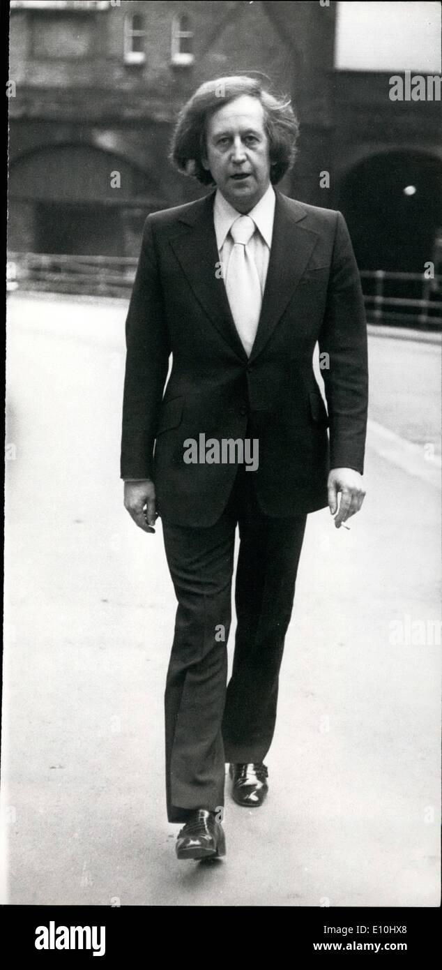 12. Dezember 1972 - zwei Männer beschuldigt der Erpressung Paul Raymond: zwei Männer erschienen im Old Bailey heute erpressen Paul Raymond, verursacht der Soho Strip Club und Theater-Besitzer. Foto zeigt Paul Raymond heute auf seinem Weg nach Old Bailey abgebildet. Stockbild