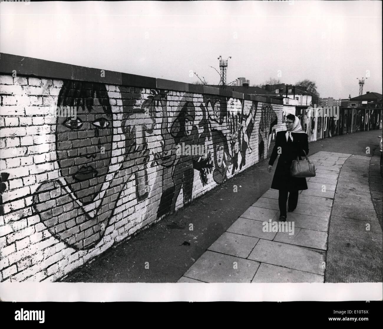 3. März 1974 - Wandmalerei inspiriert durch die Ereignisse in Chile; Dieses gut Gemälde von der feinen Herzen Brigade in König Heinrich Straße. Chalk Farm, London, wurde inspiriert durch die jüngsten Ereignisse von Chelsea Volkskunst, umfasst eine Ausstellung von Fotografien und Plakate an der TUC Kongresshaus. Stockbild