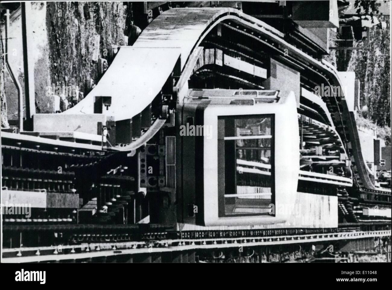 Sept. 09, 1974 - TESTS auf japanische NAHVERKEHRS-SYSTEM abgeschlossen. Das '' Beltica'' urbane Transportsystem, das viele Verkehrsprobleme lösen könnte, vollendete seine Tests in Fuchu, in der Nähe von Tokio. Das System von Toshiba, bestehend aus '' motormanless'' 20-Passagier-Kapseln die Schaltung eine Stadt, verlangsamen an Stationen automatisch, Passagiere ein- und Ausschalten durch verschiedene Türen lassen zwischen den Stationen bewegt sich schnell, macht wenig Lärm und hat geringe Vibrationen. Die Kapseln erreicht eine Geschwindigkeit von 24km/h und bis zu 2,4 km/h bei Stationen verlangsamt Stockbild