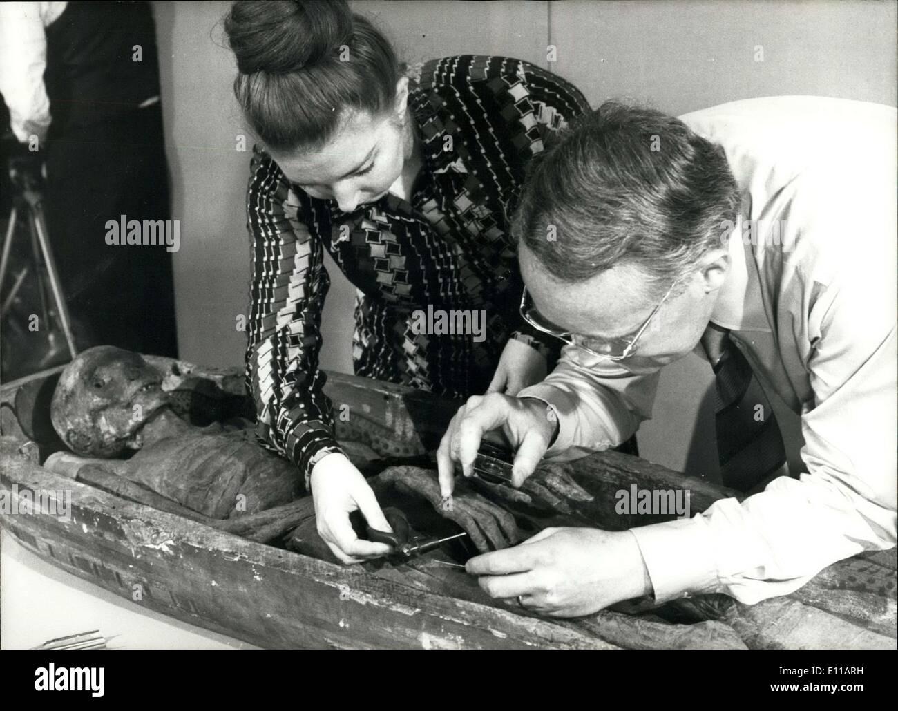 21. Juni 1976 - Toe Drucke helfen Manchester Polizei zu lösen das Rätsel der ASRU-The ägyptischen Mumie: 2.600 Jahre alten ägyptischen Mumie war Polizei mit ihren Anfragen helfen. Detektive nahm ihre Finger, Druckgeräte, University of Manchester, Arzt Rosalie David unterstützen und Ägyptologe, erfahren mehr über das Leben und die Zeiten von ASRU, ein winziges, dünne Frau die Tänzerin in der ägyptischen 25. Dynastie gewesen sein soll. Aber das Team von Finger-print-Experten unter der Leitung von Chief Inspector, Tony Fletcher, fühlen Sie sich sicher - ASRU war nie eine Tänzerin Stockbild