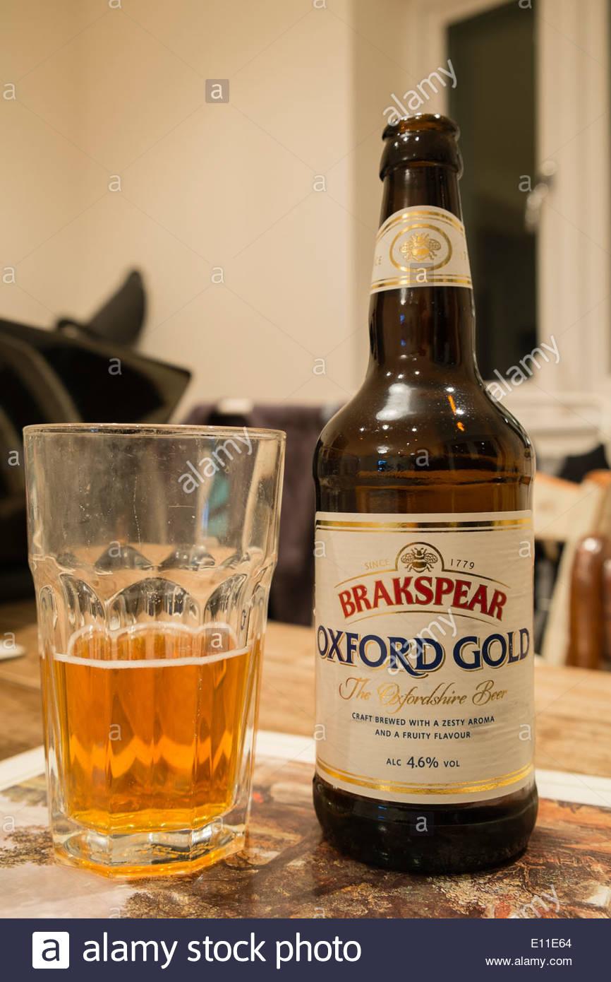 Brakspear Oxford Gold Bier Trinken Auf Einem Tisch Glas Halb Voll