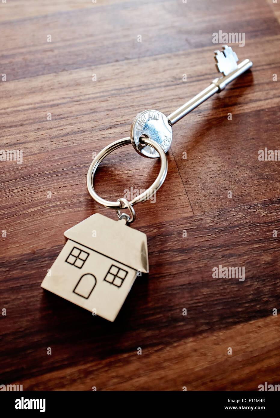 Haus Tasten auf einem dunklen Holztisch top - Neue home Schlüssel - Schlüssel - Schlüssel für die Eingangstür Stockfoto