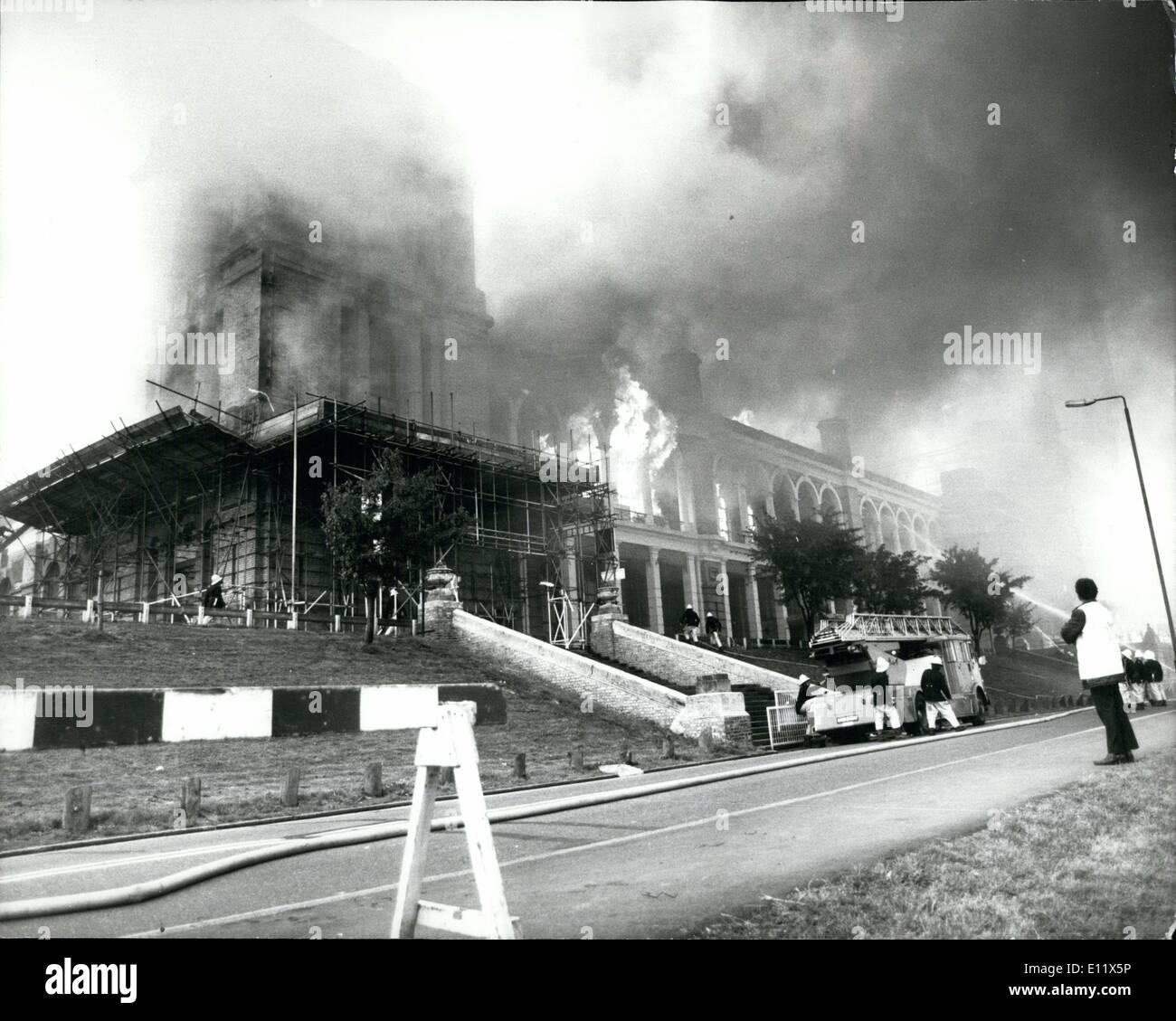 """7. Juli 1980 - Alexabdra Palace """"Fast A Totalverlust"""": Alexandra Palace, der Unterhaltung und kulturelle Zentrum im Norden von London, wurde erklärt '' fast ein Totalverlust letzte Nacht als mehr als 200 Feuerwehrleute setzte, ein Feuer zu bekämpfen, das Gebäude, Stadtrat Robin Young, Leiter des Haringey Rat fegte, die kürzlich erworbenen 105 Jahre alte """"Ally Pally"""" und startete ein Sanierungsprogramm £ 8 Millionen , hat '' Es gibt Schäden an Teilen post''. Das Feuer in der Nähe von den massiven auf der Eisbahn und anderen Flügel des Gebäudes Stockbild"""