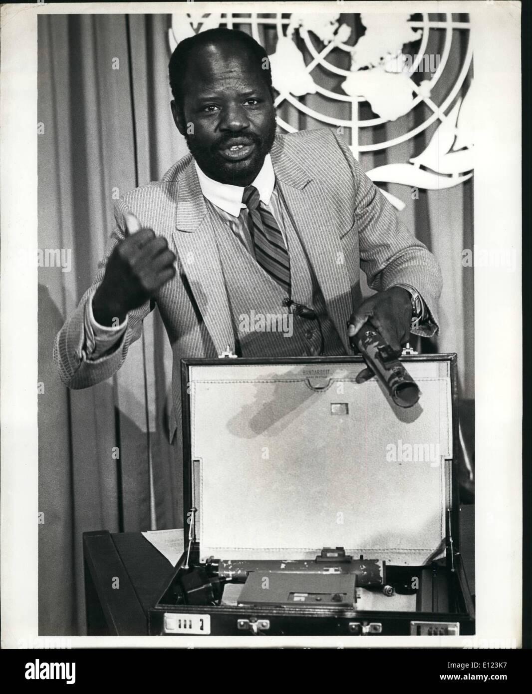31. Januar 1985 - 31. Januar 1985, Vereinte Nationen, New York City: Mr Gouara Lassou, Minister für auswärtige Angelegenheiten des Tschad, präsentiert Dokumente und Videobänder an den Rat der Vereinten Nationen, der libysche Staatschef Muammar Kaddafi auf einem Grundstück zu sprengen, Präsident Hissene Habré im Tschad und sein ganzes Kabinett verwickelt. Als Teil seiner Beweise Mr Lassou Einzelfall Attache, die enthielte angezeigt, 33 Pfund Czech made Semtex-H Sprengstoff in sechs Backsteine verpackt in Öl-Papier, eine Antenne und einen funkgesteuerten Zünder unterteilt. Herr Stockbild