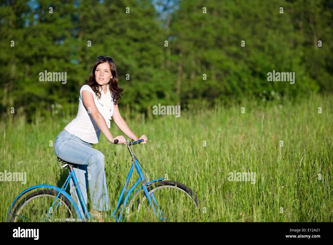 5. Juni 2010 - 5. Juni 2010 - Frau mit altmodischen Fahrrad im Sommerwiese an sonnigen Tag Stockfoto