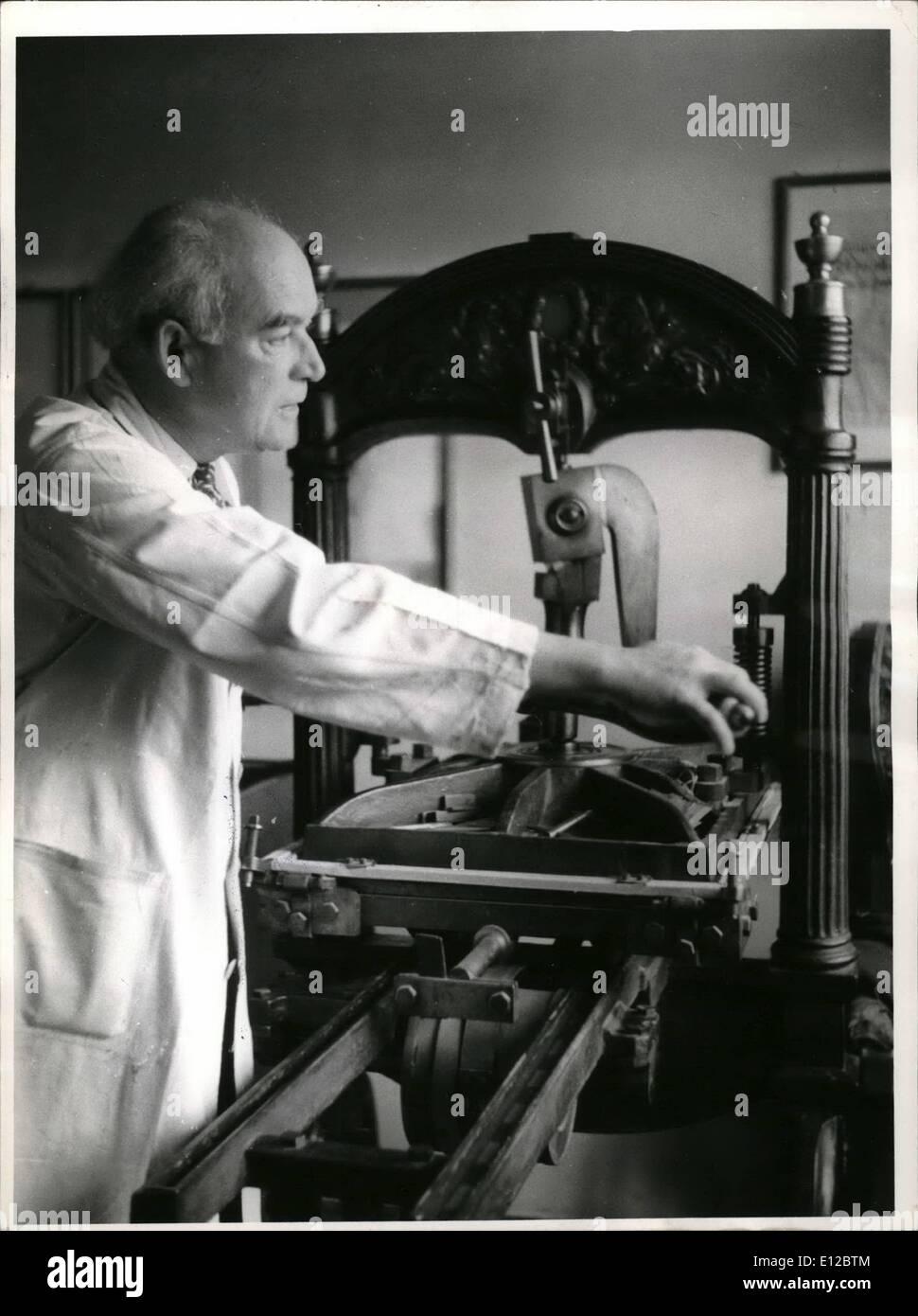 9. Dezember 2011 - The Munich Meister der Graphik und Holzstecher à ¢ Â'¬â ?? Josef Weiss immer noch an den ältesten drucken arbeitet Stockbild