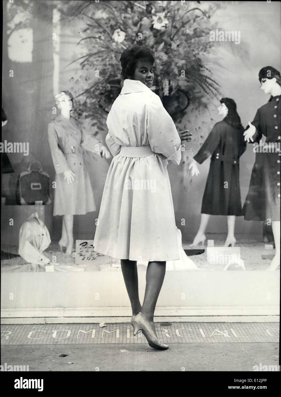 24. Februar 2012 - erste schwarz Schaufensterpuppe, Paris Mode zu zeigen. 18 Jahre alte schwarze Studentin von Guadalupe (Französische Antillen) ist die erste farbige Puppe Paris Mode zu zeigen. Sie studiert an der Universität von Paris und engagiert sich für Modell-Kleider und Mäntel in einem großen Paris Damen tragen Shop. OPS: Die schwarze Puppe modellieren einen Regenmantel. Okt.-58 Stockbild