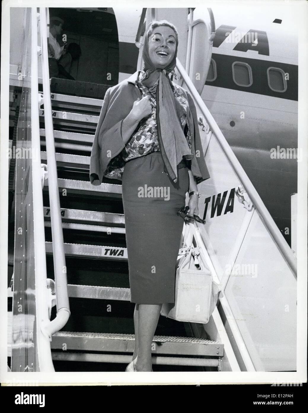 24. Februar 2012 - Langlauf s t Fays TV Persönlichkeit Jayne Meadows gesehen hier erfreut die Flughafen-Szene vor dem Einsteigen in ein TWA Düsenflugzeug nach Los Angeles, wurde im gewann für ein paar Tage zu TV-Themen. Stockbild