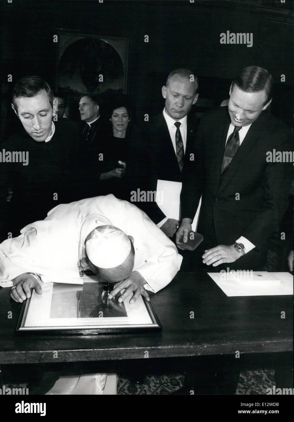 26. Februar 2012 - der Besuch des amerikanischen Raumfahrer in Rom, Neil Armstrong, Edwin Aldrin und Michael Collins, wurde der Spaceman von Apollo XI von Papst Paul VI, im Vatikan empfangen. OPS: Papst Paul VI. mit einem Objektiv der Mond Karte ansehen. Stockbild