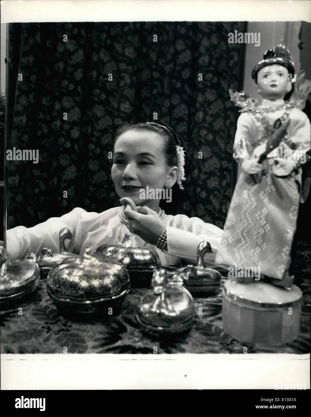 25. Februar 2012 - wie diese orientalischen Teint erreicht.: Frau Mya-Mya - Millicent Spencer gilt das Sandelholz Rinde Pulver an ihrer Haut nach der Paste reiben. Eine burmesische Puppe und burmesischen Stil Schminktisch Satz zu sehen Stockbild