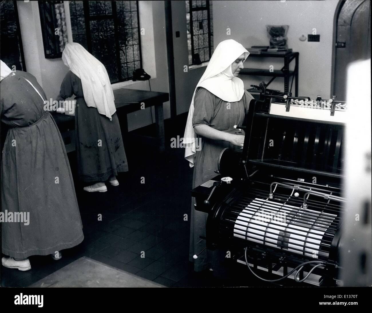 28. Februar 2012 - mechanisch aufgeschlossen Nonnen: Nonnen sind in der Regel glückliche Menschen, ihr Leben fließt sanft und friedlich und die Nonnen des Klosters Ladywell, Godalming, Surrey sind keine Ausnahme. Vielleicht diese Franziskaner Nonnen das herkömmliche Bild der Nonne nicht entspricht, soweit sie mechanisch aufgeschlossen sind bis zu einem Grad, der auch den Neid vieler möglicherweise ein Laie. Die Nonnen im Kloster Ladywell glaube nicht träumen ihr Leben entfernt, sie gerne aktiv sein. Sie sind in der Tat große Baumeister: sie bauten ihre eigenen Druckereien, ihren eigenen Bauernhof mit Milch-, Scheunen und Stallungen Stockbild