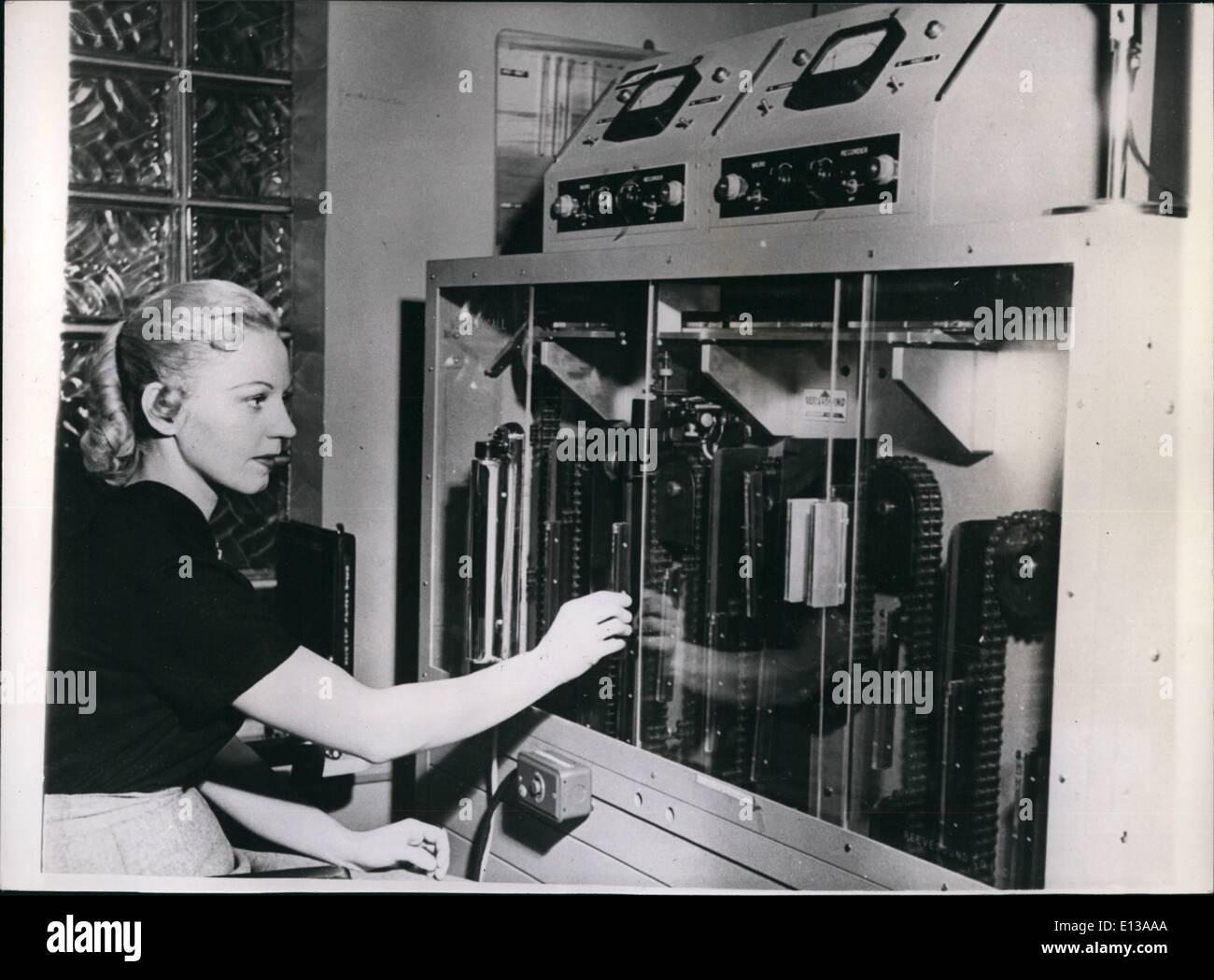 29. Februar 2012 - Sie sind immer im Gespräch '' mit '' Mechanicall'' neue Erfindung in New York im Einsatz. '' Mechanicall'' ist der Name einer Erfindung, die in New York - Dienst wurde unterbrochen und die sollte beweisen, Ärzte, vor allem für Geschäftsleute - von unschätzbarem Wert sein. Die Maschine hält 60 Audio-Folien, die für alle Zuhörer mechanische Abonnenten aufrufen einen Luft-Anruf-Receiver tragen, der 7 Czs wiegt. und ist 6 Zoll hoch - und kann bequem in der Tasche getragen werden. Wenn ein Abonnent ist Reisen - etc. Stockbild