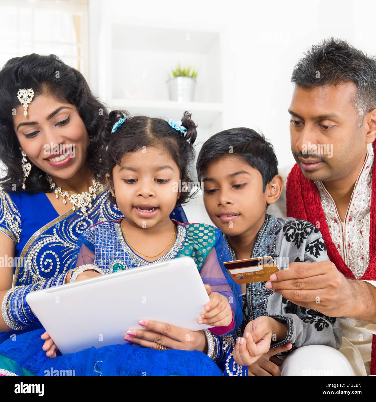 Indische asiatischen Familie mit digital-Tablette pc Computer online ...