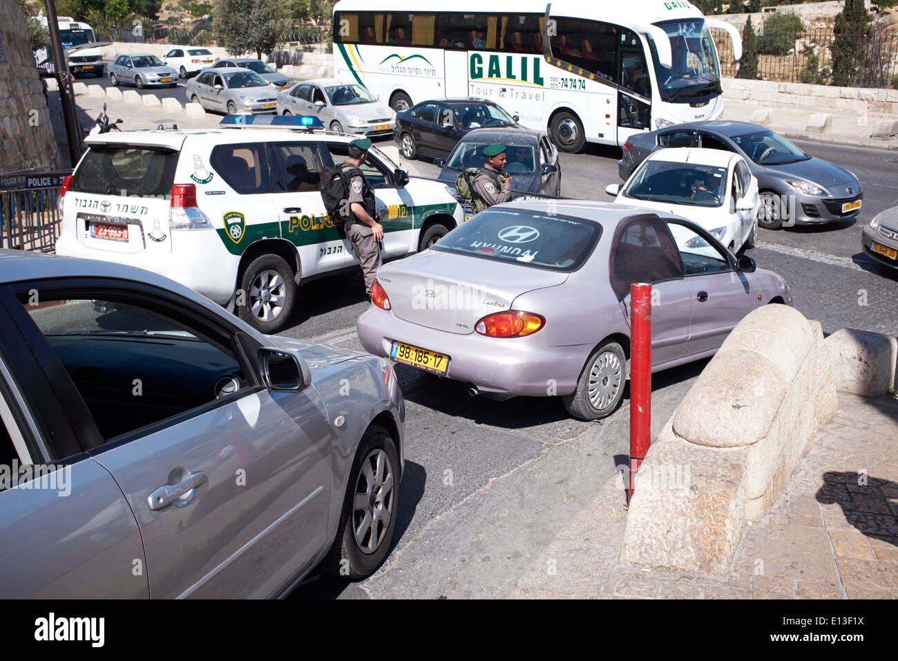 Stau mit Polizei-Präsenz in der Nähe der alten Stadt von Jerusalem, Israel Stockbild
