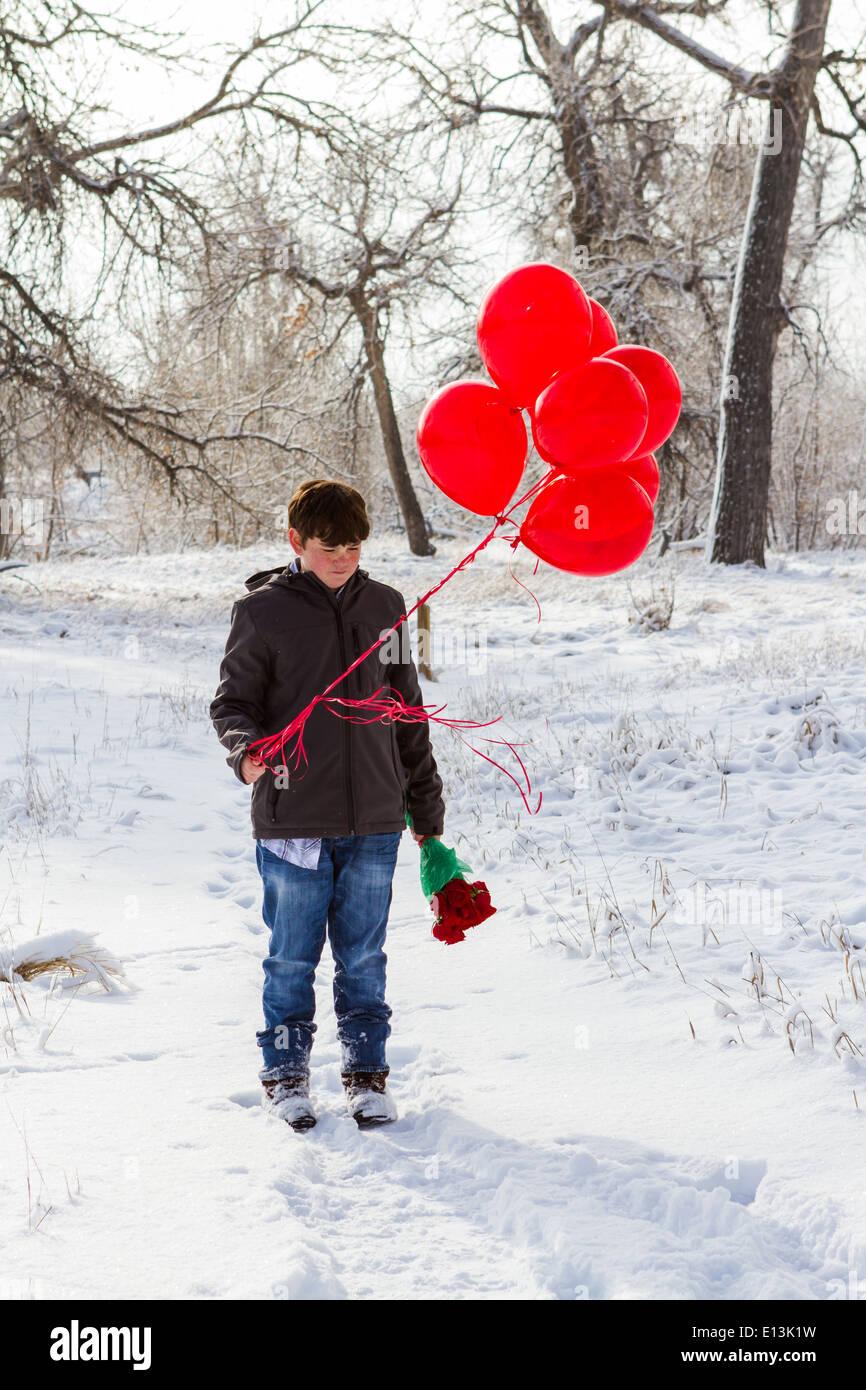 Junge Teenager Mit Valentinstag Geschenke Für Seine Freundin
