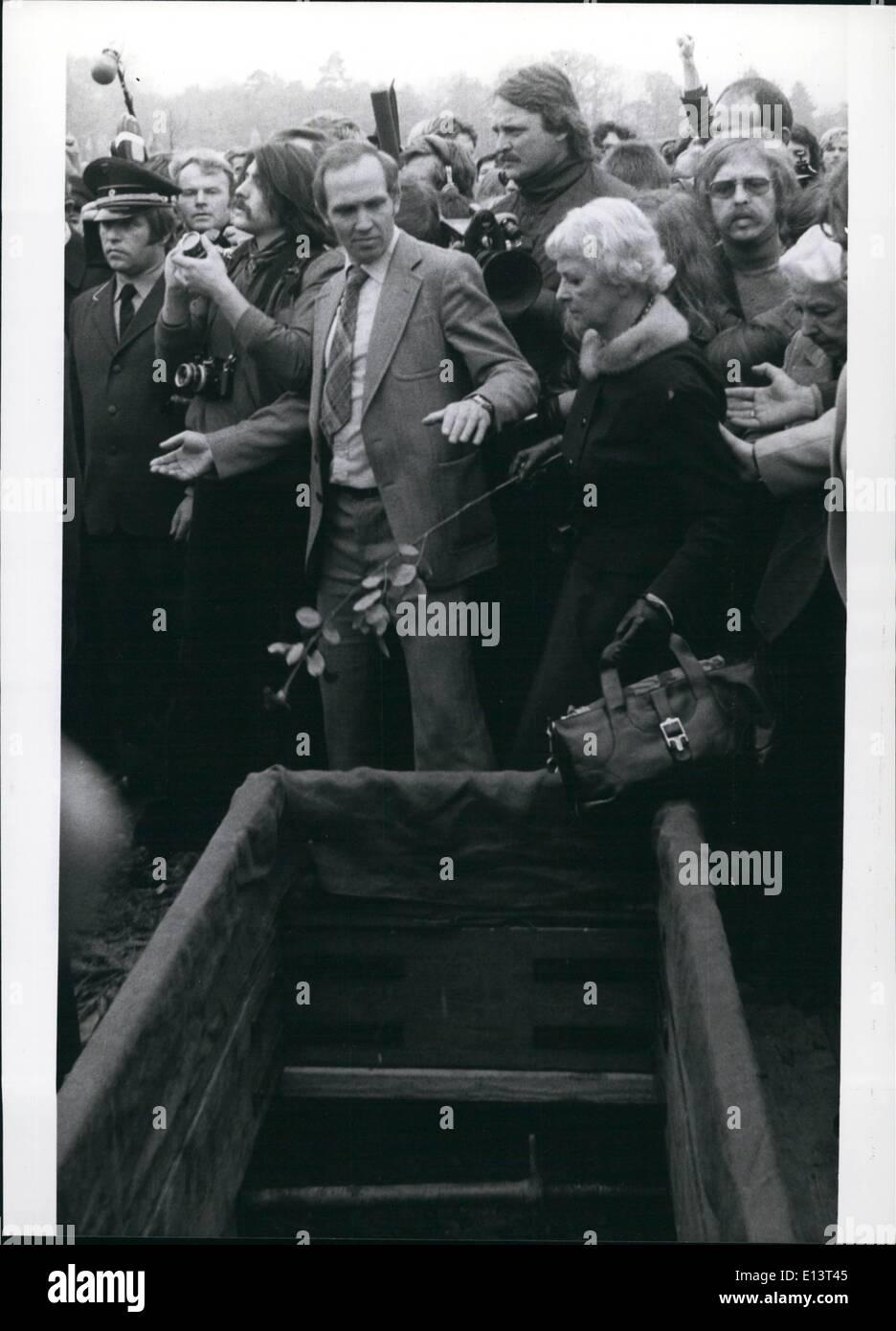 27. März 2012 - Begräbnis von der Baader-Meinhof-Gefangenen: auf dem Dornhalden-Friedhof in Stuttagart (BRD) im 27. Oktober 1977 nahm platzieren Sie das Begräbnis für Andreas Baader, Gudrun Ensslin und Jan-Carl Raspe, die im Gefängnis Stuttgart-Stammheim am 18. Oktober Selbstmord begangen. Nachdem ein Unceremious Beerdigung Service die drei Särge zu den Gräbern gebracht wurden, begleitet von den Angehörigen der Toten und ca. 800, vor allem junge Menschen, die weitgehend maskiert waren Stockbild
