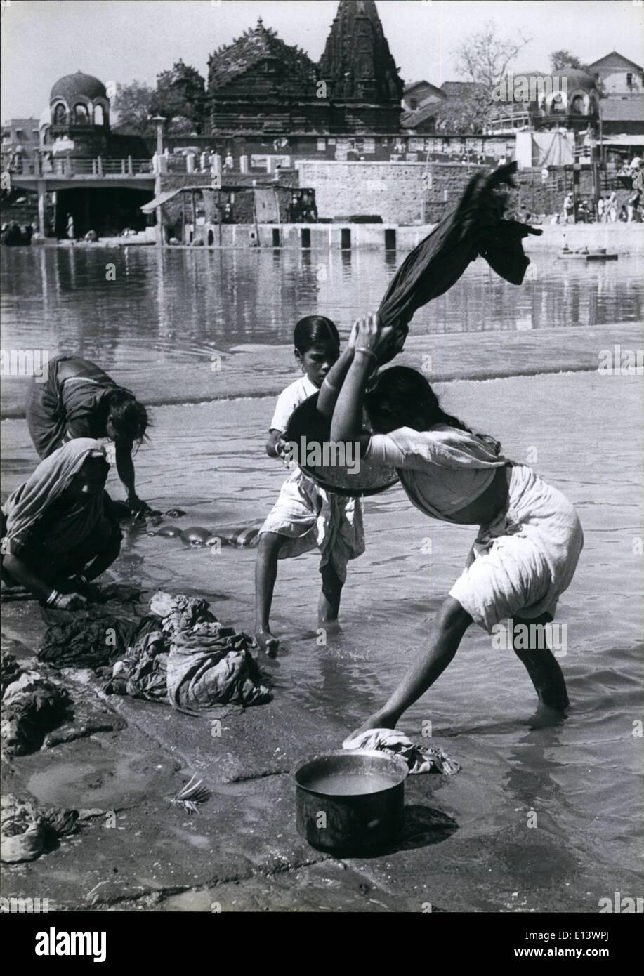 27. März 2012 - verdiene indische Mädchen Geld, um ihren Familien zu helfen, von Wäsche waschen im Fluss. Sie schlugen die Kleidung gegen Felsen zu zwingen, das Wasser durch den Stoff und den Schmutz auswaschen. Die Arbeit ist hart in die heiße Sonne und die kleine Zahlung. Stockbild