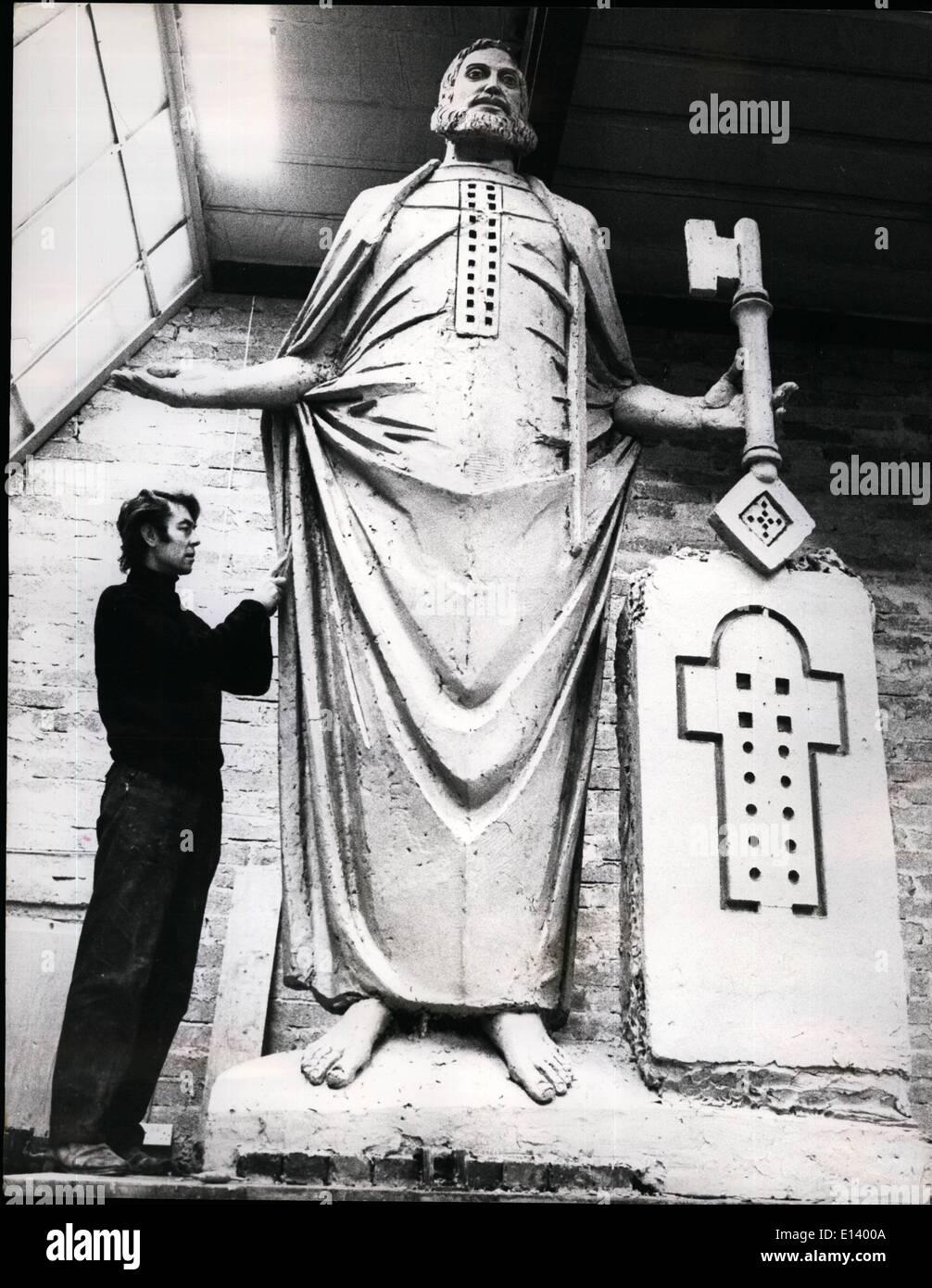 27. März 2012 - zwölf Statuen für St. Pauls. Die erste der zwölf neuen Statuen, das Werk des Bildhauers Edwin Russell Hind-Kopfes, Surrey ist fast fertig, in Position gehisst werden, so dass die Künstler und die Kathedrale Beamten Mav ihn vom Boden anzeigen. Die zwölf Fuß hoch full-Size Tonmodell von st. Peter wurde im Atelier des Künstlers fotografiert. Stockbild