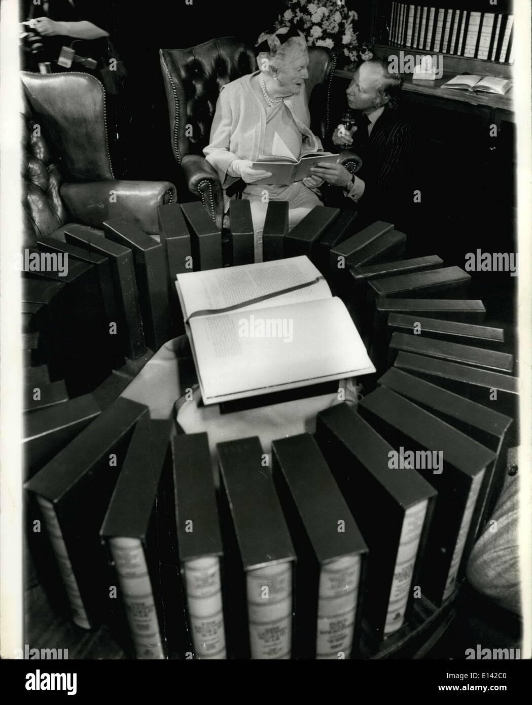 31. März 2012 - Lady Specncer-Churchill erhält die letzte abgeschlossene Werke von Sir Winston Churchill.: Es hat die Bibliothek des kaiserlichen Geschichte drei Jahre gedauert, komplette Publikation der gesammelten Werke von Sir Winston Churchill. Das erste Buch wurde im Dezember 1973 angekündigt, und die letzte ist jetzt gerade. Im Jahr 1973 zum Auftakt der Produktion, Edward Heath, dann Premierminister, den ersten Band, Lady Spencer-Churchill vorgestellt. Heute markiert er Abschluss Veröffentlichung der die 34 Lautstärke eingestellt, wenn er ihr mit den letzten Band dargestellt. Das komplette Set ist zum Preis von? 1250 Stockbild