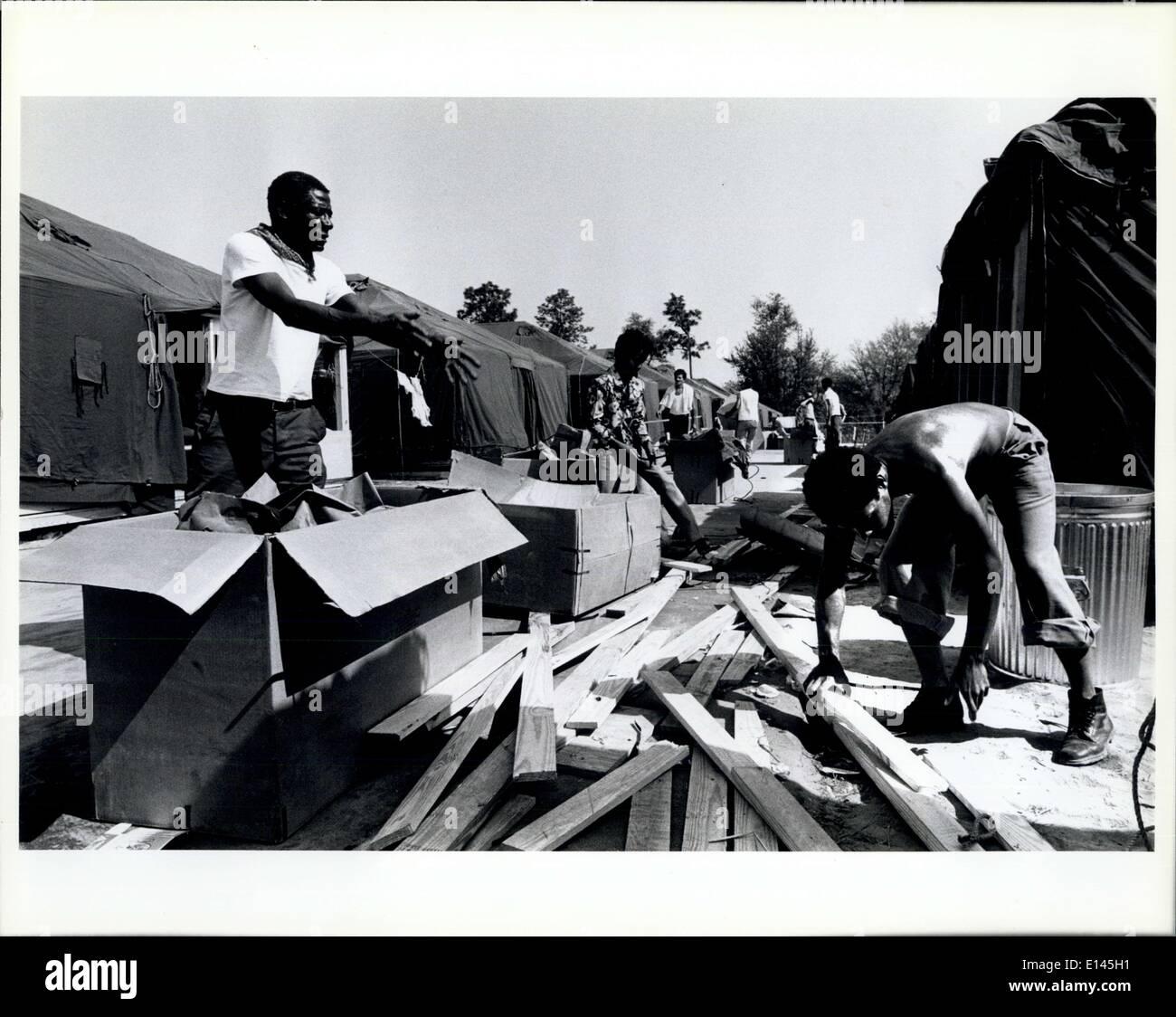 4. April 2012 - kubanische Flüchtlinge in Tonhöhe zu helfen, reinigen Sie den Bereich in der Zeltstadt errichtet, auf dem Messegelände Fort Walton Beach / Eglin Air Force Base. Stockfoto