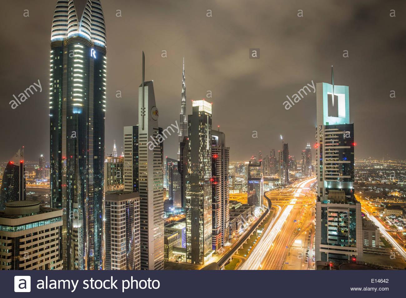 Vereinigte Arabische Emirate, Dubai, Sheikh Zayed Road kreuzt die finanzielle Innenstadt mit Burj Khalifa, Nacht Stockbild