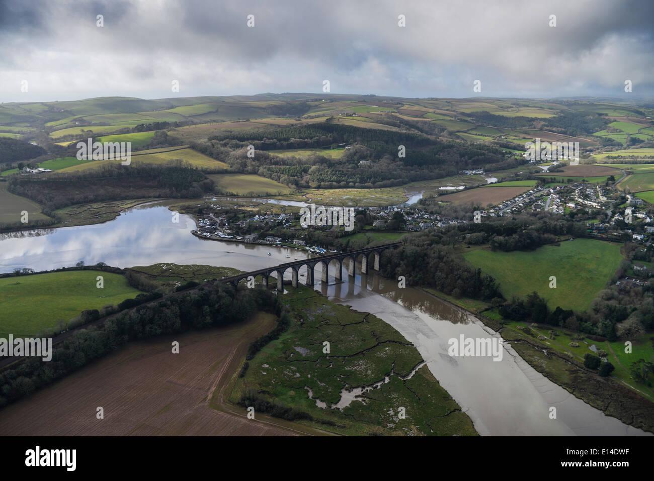Eine Luftaufnahme des St. Germans in Cornwall, das Viadukt über den River Lynher zeigt Stockbild