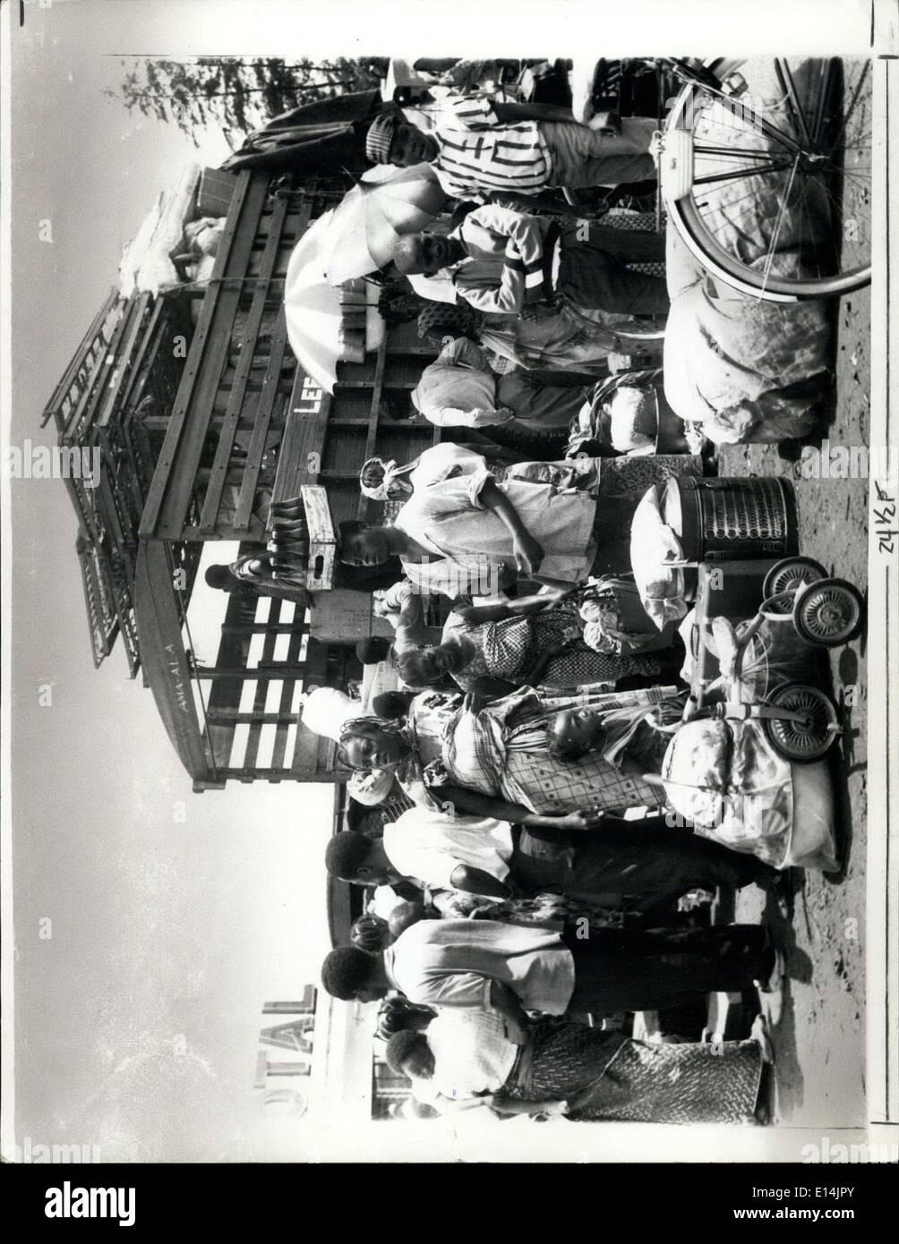 5. April 2012 - Stammes-Konflikte Uproote Nigerianer: Bild zeigt Nigerianer Verpackung ihr Gepäck und ihre Familien in Knochenarbeit Mammy-Waggons, die sie nehmen würden östlich von Lagos der Bundeshauptstadt zurück. Stockbild