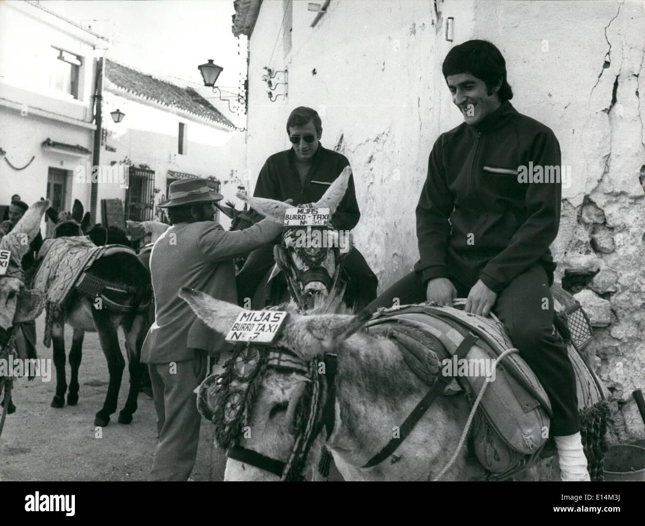 """18. April 2012 - '' Esel-Taxi'' nicht verschmutzen die Luft: die Torschütze des nationalen spanischen team, Benito, Tide ein '' Esel-Taxi'' während einer Pausenzeit im Training vor dem Spiel zwischen der spanischen Nationalmannschaft und die griechische Nationalmannschaft, die spielen am kommenden Mittwoch in Ma.-das Team ist die Ausbildung in der Litle Mijas, in der Nähe Molaga und wo das """"Esel-Taxi'', durch die Berge zu gehen ist eine sehr Tipycal Art des Reisens. Stockbild"""