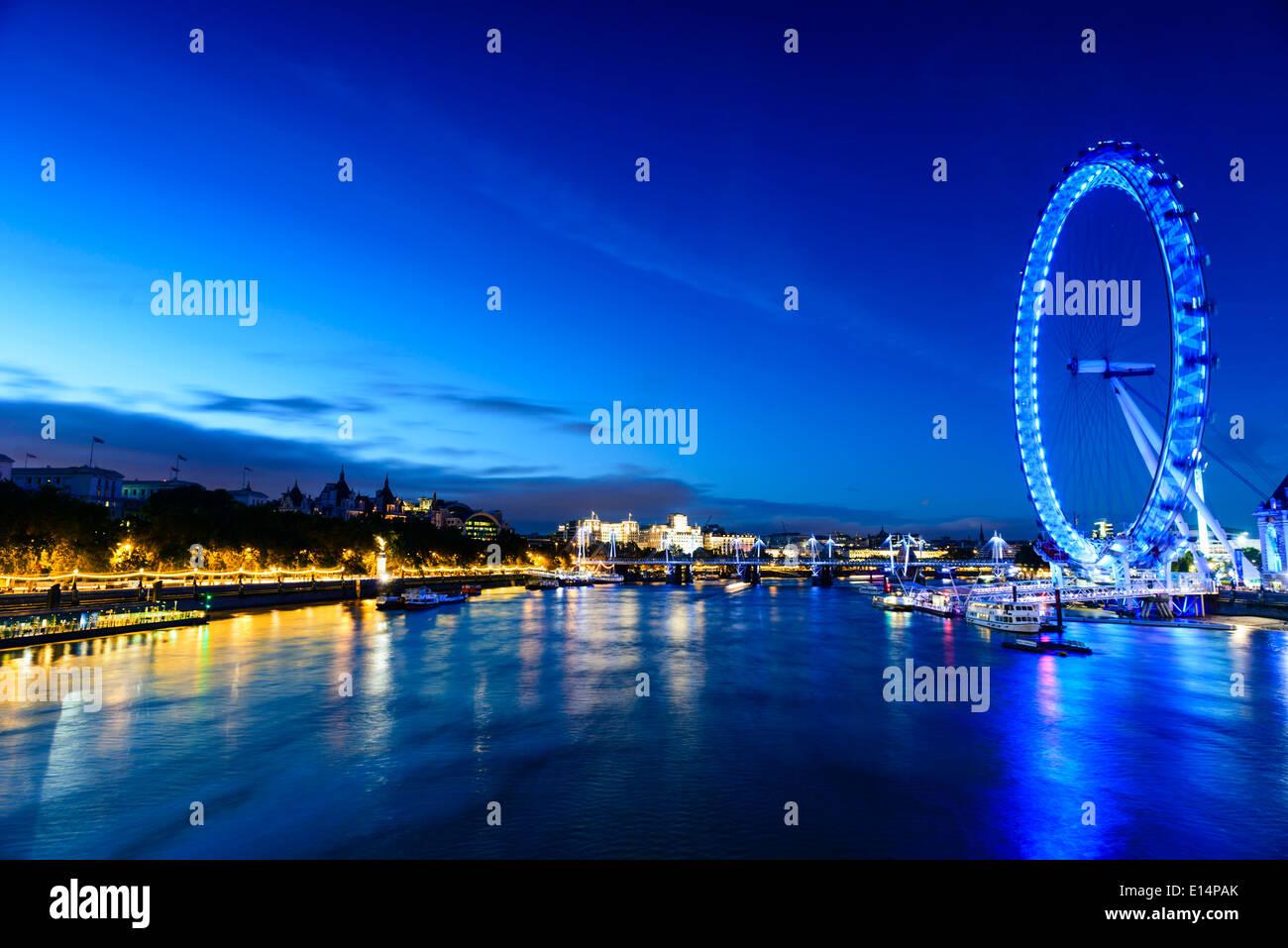 Mit Blick auf Flussfront London Eye, London, Vereinigtes Königreich Stockbild