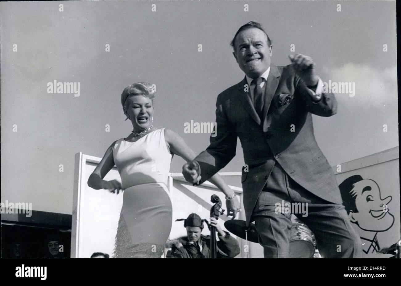 18. April 2012 - stellen Bob Hope und Lana Turner die neuesten Dance, '' Bossa Nova'' auf der Ascom Air Base in Südkorea. Stockbild