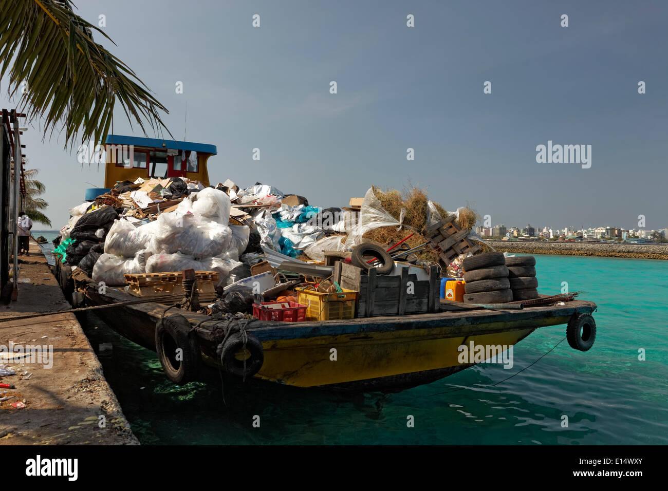 Müll auf einem Lastkahn, Hulhulé, Nord-Malé-Atoll, Indischer Ozean, Malediven Stockbild