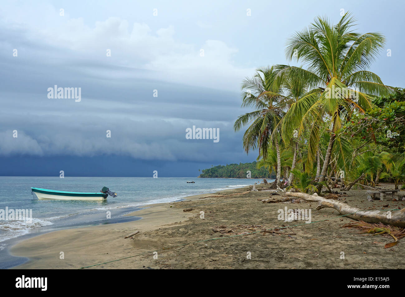 Karibik-Strand mit bedrohlichen Himmel und Wolken aus dem Meer, Costa Rica Stockbild