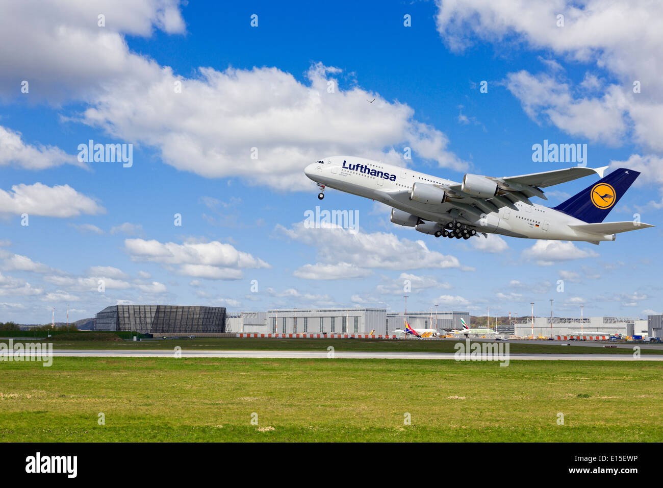 runway hamburg airport stockfotos runway hamburg airport bilder alamy. Black Bedroom Furniture Sets. Home Design Ideas