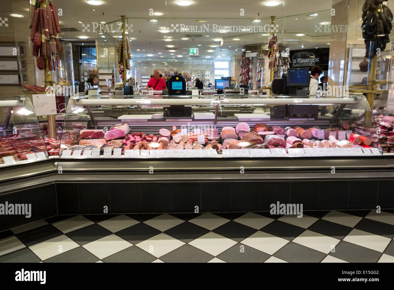schweinefleisch metzgerei stand in der lebensmittel halle des kaufhauses kadewe in berlin. Black Bedroom Furniture Sets. Home Design Ideas