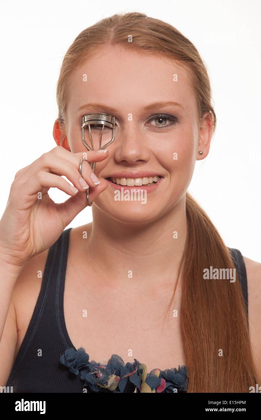Mädchen mit Wimper Lockenwickler Stockbild