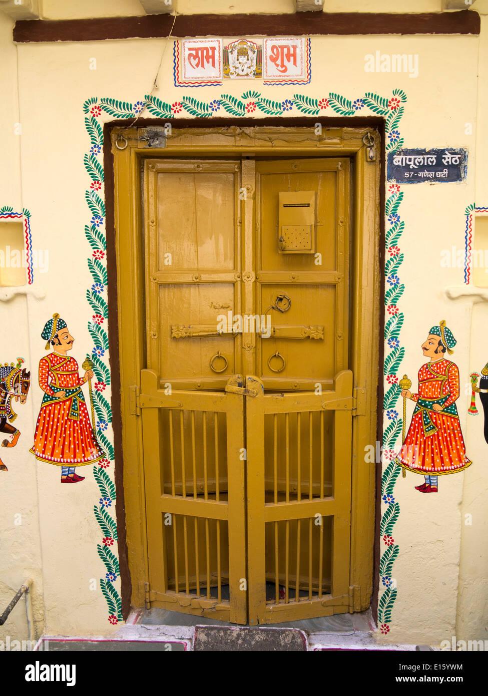 Indien, Rajasthan, Udaipur, Tür Des Hauses Mit Traditionellen Wandmalerei  Verziert