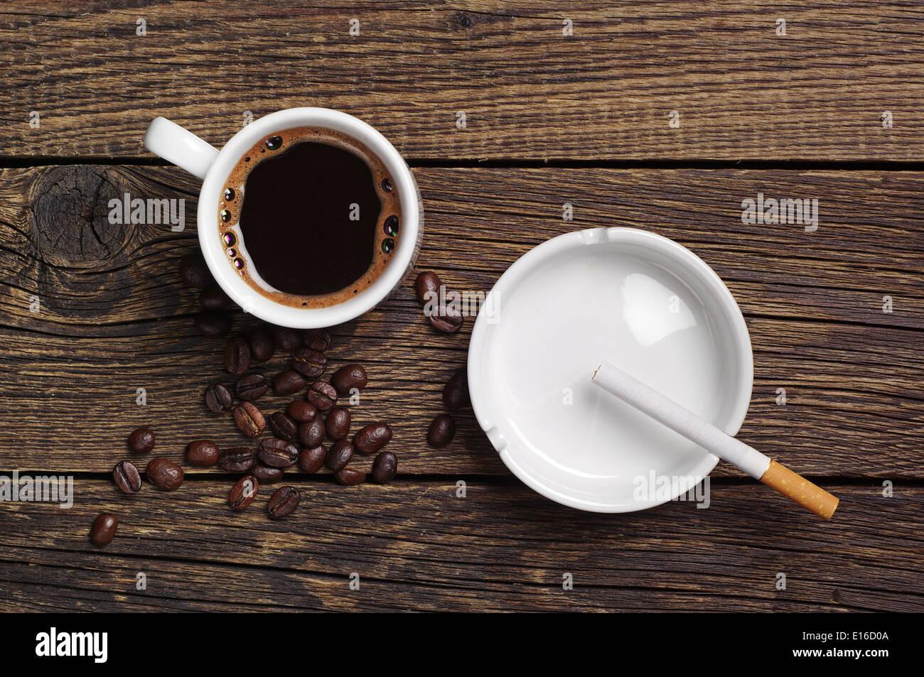 Kaffee, Aschenbecher und Zigaretten auf Vintage Holz-Hintergrund ...