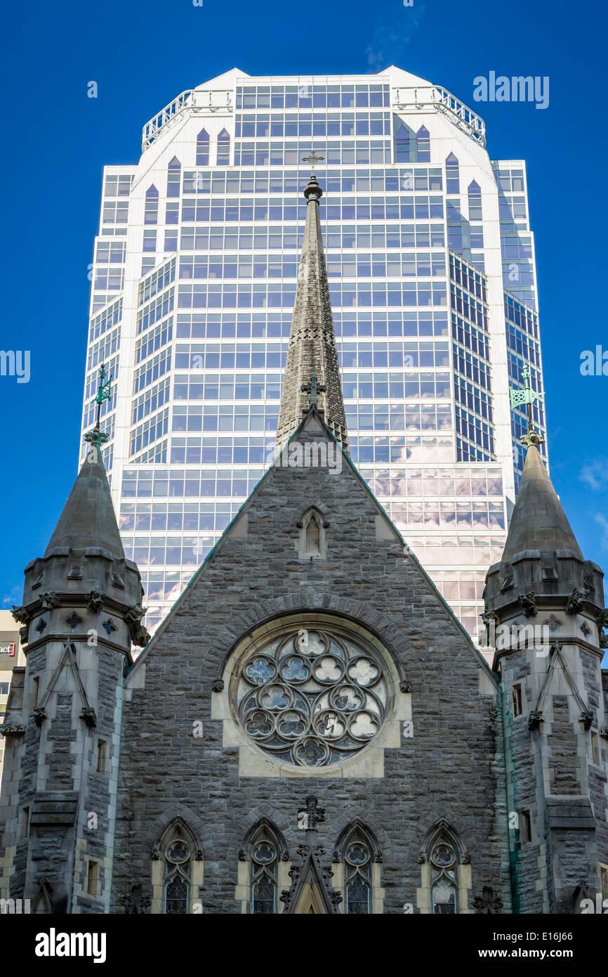 Die anglikanische Christ Church Cathedral und ein modernes Büro Turm in der Innenstadt von Montreal, Quebec, Kanada. Stockbild