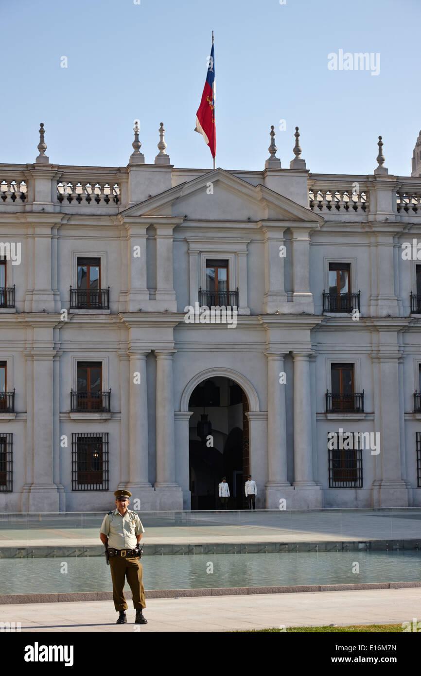 Polizei und Wachen außerhalb Palacio De La Moneda Palastes Santiago Chile Stockbild