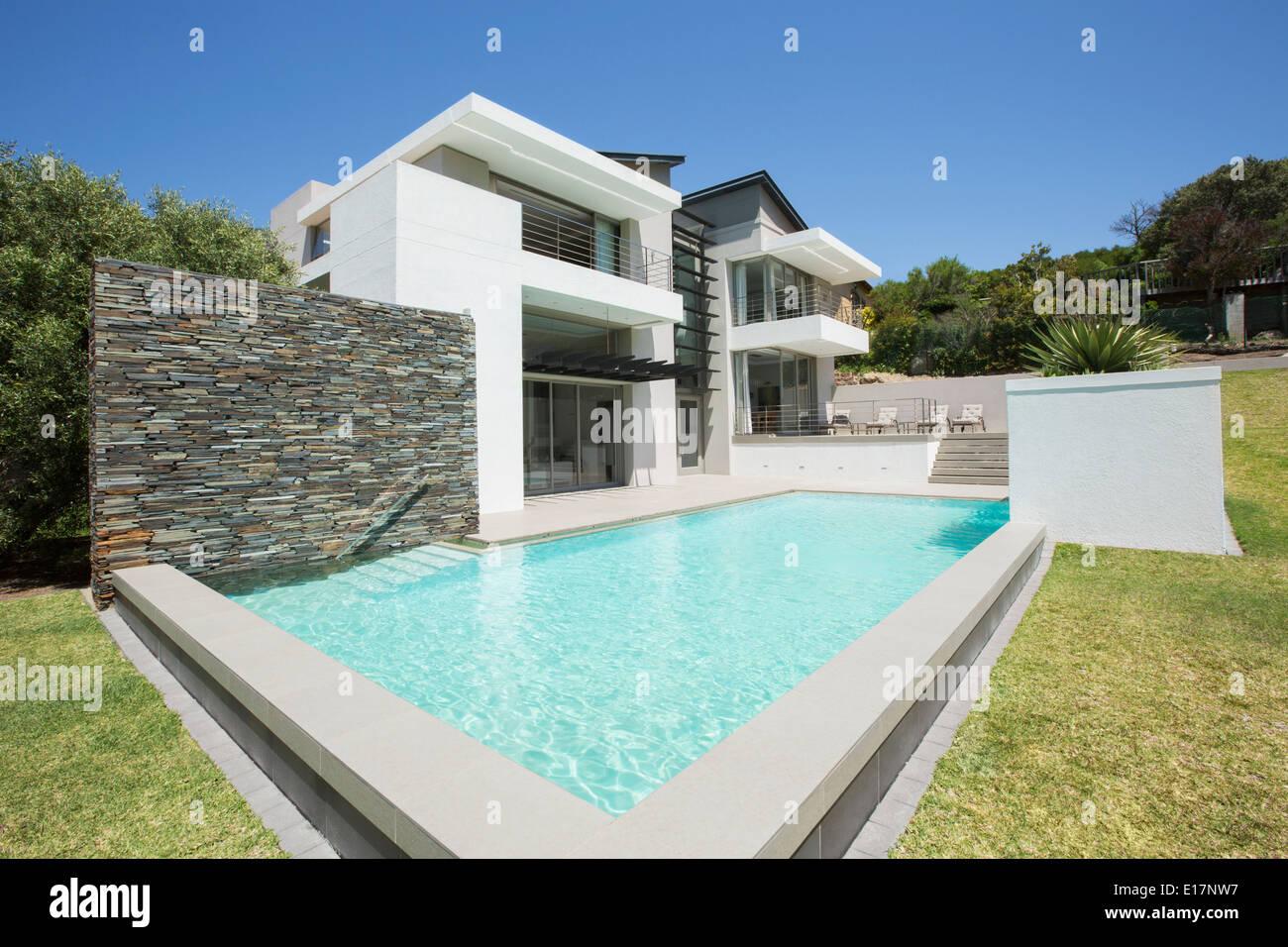 Modernes Haus und pool Stockfoto, Bild: 69626963 - Alamy
